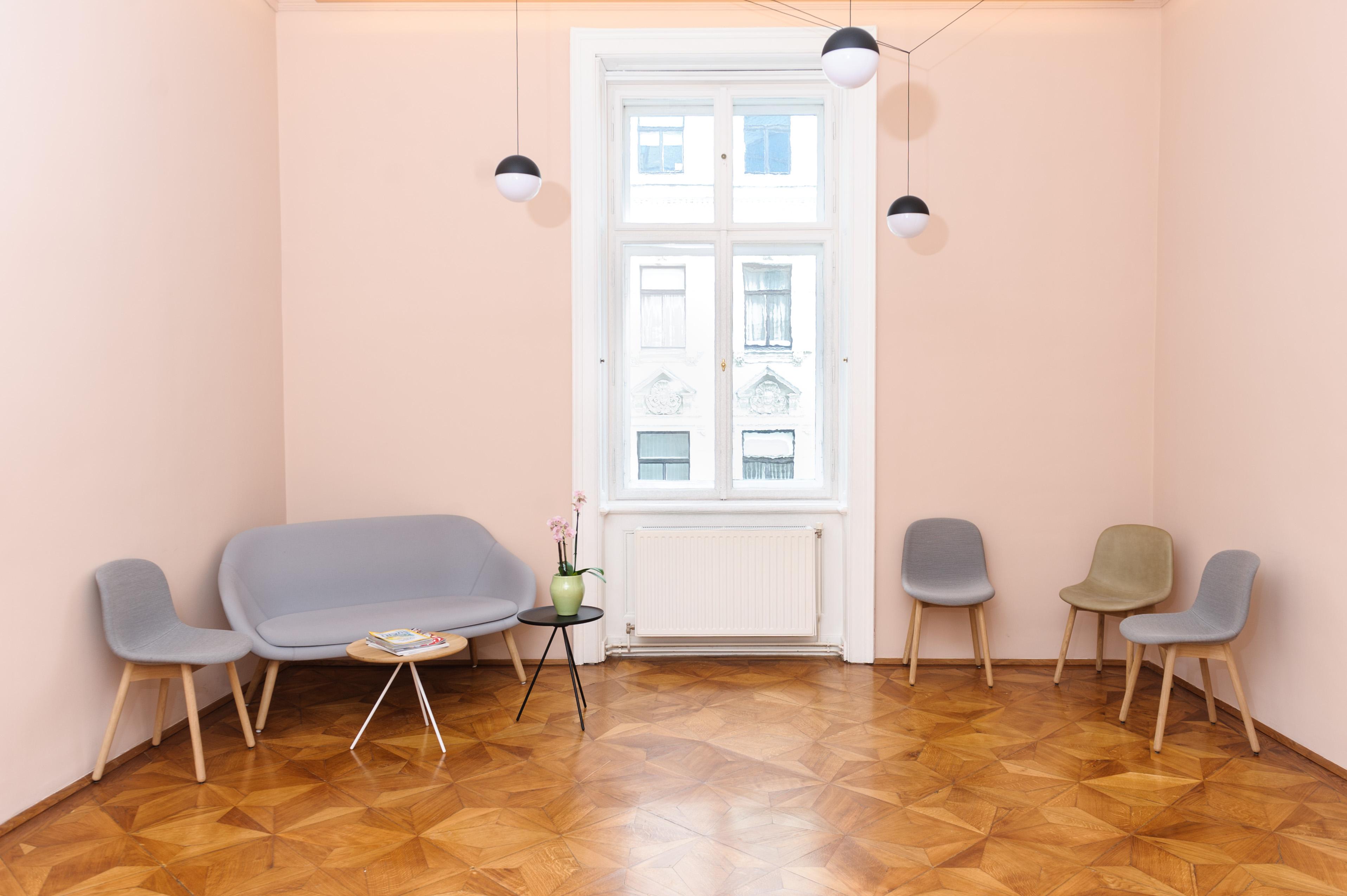 Großzügiger Wartebereich in der Ordination Dr. Elisabeth Pittschieler Fachzahnärztin für Zahnspangen und Kiefergelenksbehandlungen in Wien.